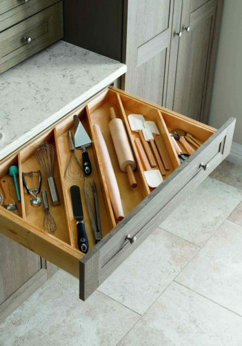 Разделенный на отсеки выдвижной ящик - рациональный элемент на любой кухне.