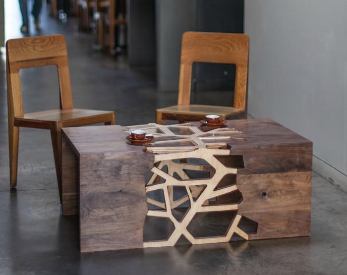 Кофейный столик орехового цвета, который сочетает в себе классический стиль и инновационные технологии.