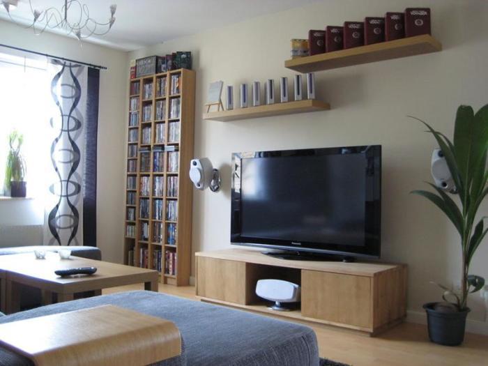 Комфорт и рациональность обустройства маленькой гостиной комнаты.