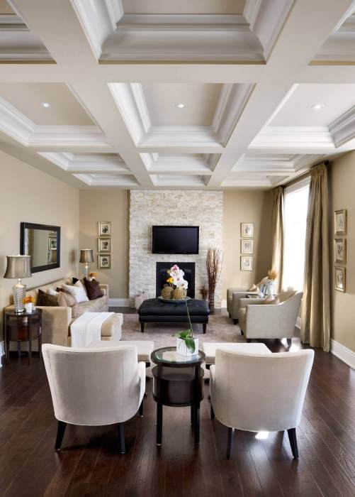 Центральное место в интерьере гостиной комнаты занимает зона отдыха, с удобной мягкой мебелью и большим телевизором.
