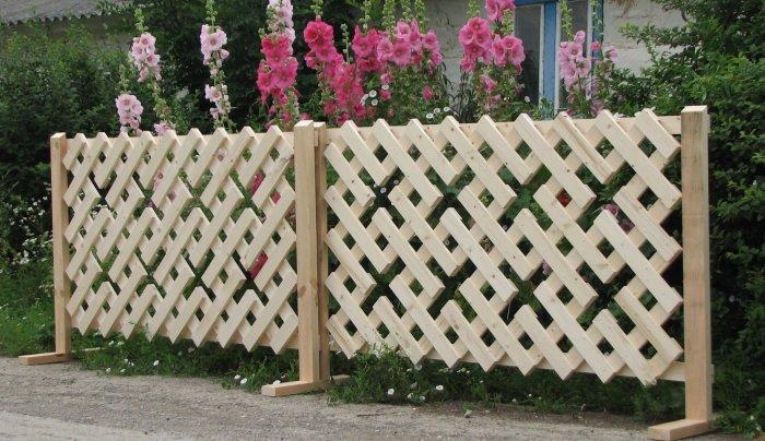 Деревянная перегородка, которую легко можно сделать своими руками из обычных деревянных реек.