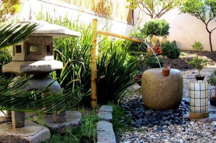 Камень - материал, который всегда используется для оформления садов в японском стиле.