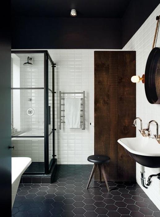 Светлые стены в тёмной ванной комнате способны добавить помещению объема.