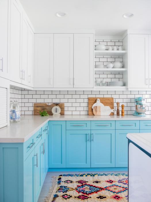 Современный и аристократичный кухонный интерьер в холодной цветовой гамме.
