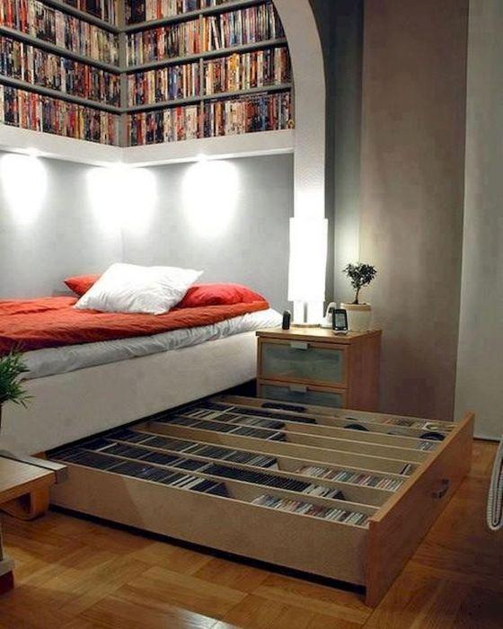 Небольшая библиотека под кроватью — идеальный вариант для тех, кто еще не отказался от бумажных книг.