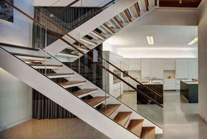 Проста дерев'яна сходи зі скляними поручнями відмінно впишеться в будь-який інтер'єр.