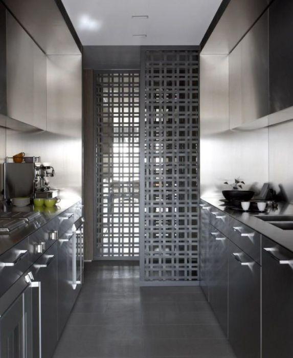 Оригинальные решетчатые межкомнатные двери с встроенным в стену раздвижным механизмом.