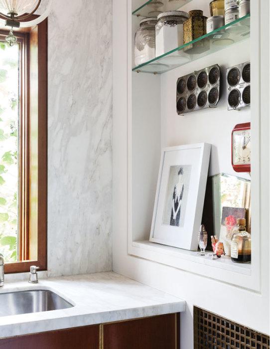 Ещё один классический вариант использования декоративного мрамора в интерьере кухни.
