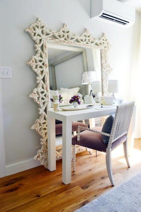 Деревянный туалетный столик с большим зеркалом в аристократическом стиле.