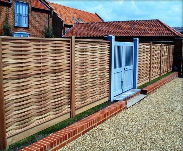 Уникальный плетённый забор из деревянного штакетника станет изысканным обрамлением дачного участка.
