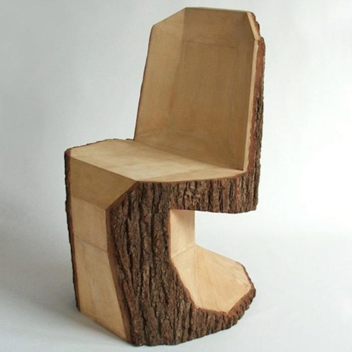 Наличие спинки сделает стул из пня еще более удобным и эстетичным.