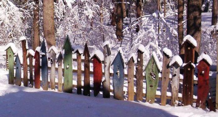 Даже самое простое деревянное ограждение можно преобразить, украсив его яркими самодельными скворечниками.