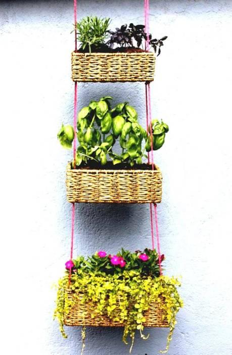 Подвесные плетенные корзинки для комнатных растений.