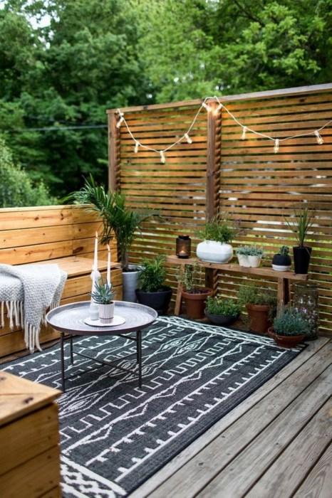 Самодельная перегородка из деревянных реек поможет правильно зонировать придомовую территорию и позволит создать ощущение приватности.