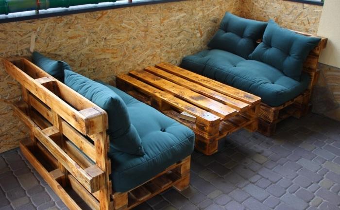 Мебель, выполненная из паллетов, оптимально подходит для размещения в беседке.