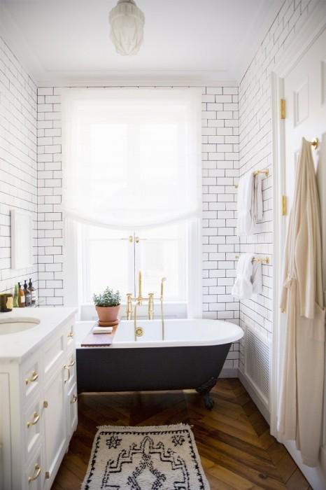 Для того чтобы небольшая ванная комната стала максимально комфортной и стильной, необходимо правильно подобрать освещение и цветовую гамму.