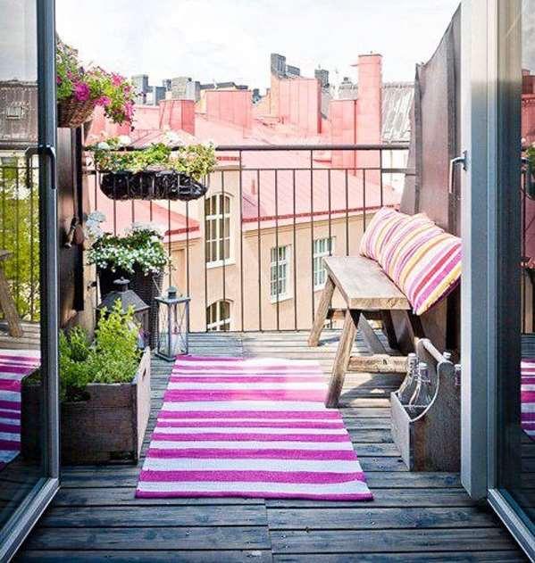 Обычный балкон можно превратить в сказочное место для отдыха.