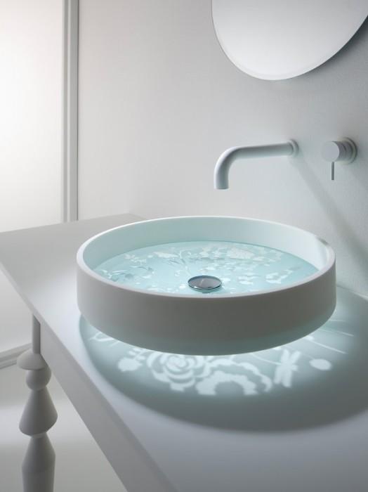 В малогабаритных ванных комнатах наиболее уместным будет небольшой умывальник.