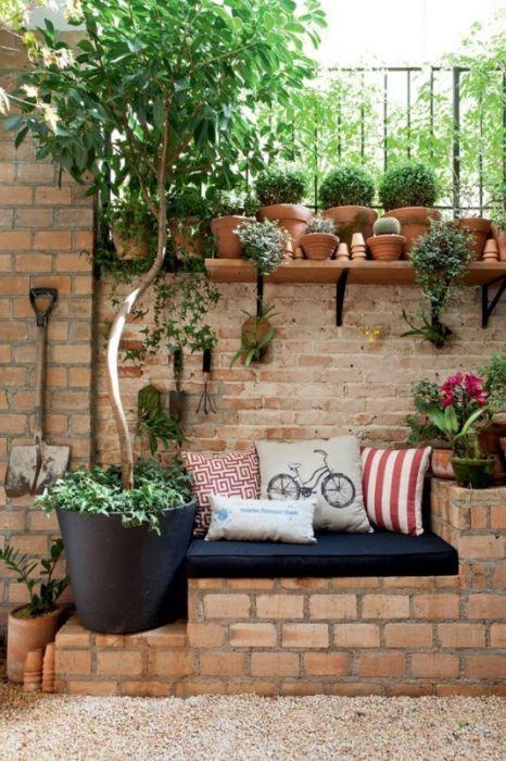 Кирпичная кладка в современном интерьере садового участка.