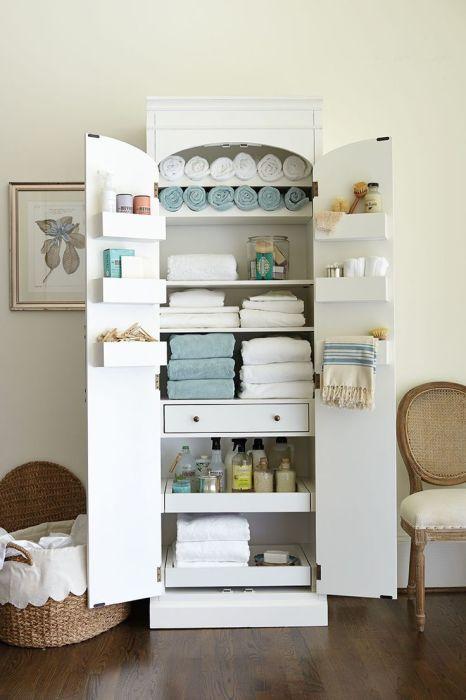 Старый шкаф можно превратить в необычный органайзер для банных принадлежностей.