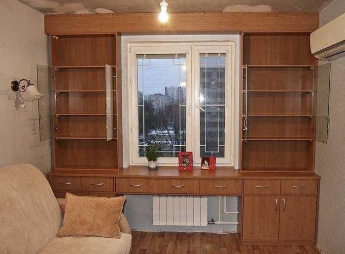 Вокруг окна одинаково гармонично будут выглядеть полки для книг и аксессуаров, а также вместительные шкафы и стеллажи.