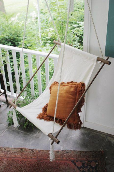 Потрясающая небольшая лоджия, оформленная в светлых тонах, с фантастическим подвесным креслом-гамаком, которое станет настоящей изюминкой.