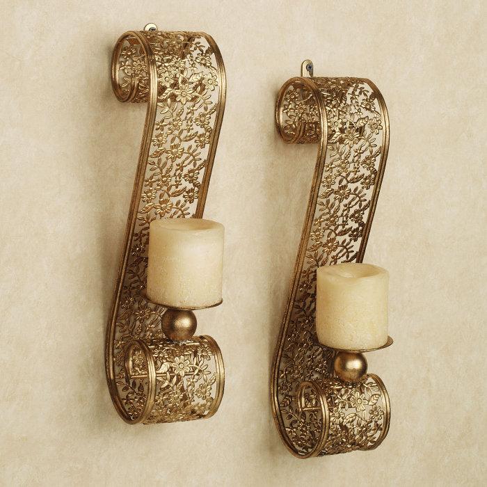 Парные кованые подсвечники с элементами позолоты станут действительно неповторимыми и оригинальными настенными украшениями.