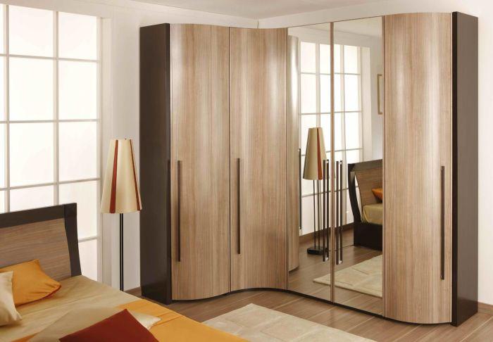Узкий, но вместительный угловой шкаф чрезвычайно востребован в малогабаритных квартирах.