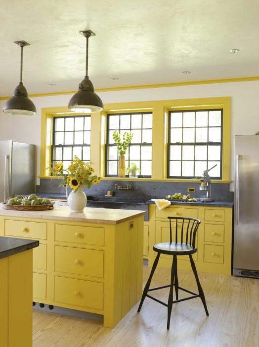 Мягкий жёлтый оттенок кухонной гарнитуры в современном классическом интерьере.