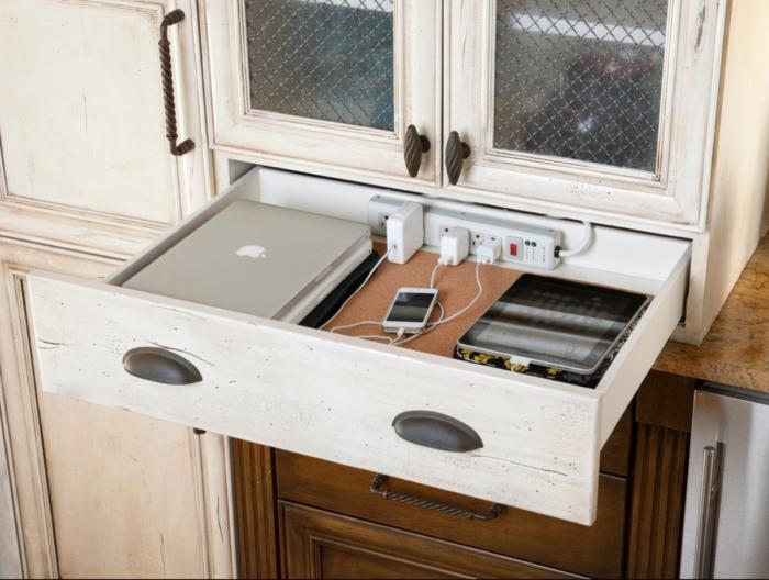 Ящик с фиксированной в нем электросетью отлично подойдет для подзарядки электронных гаджетов.