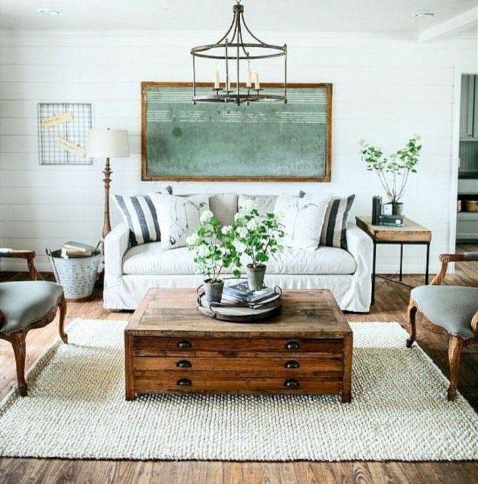 Старая прикроватная тумба может стать отличным журнальным столиком, который очень сильно удивит ваших гостей.