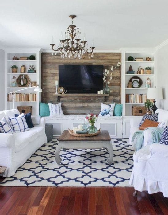 Деревянная стена в зоне для просмотра телевизора позволит за считанные секунды изменить интерьер во всём помещении гостиной комнаты.