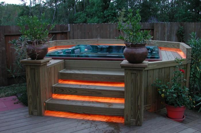 Джакузи с подсветкой может стать особым элементом ландшафтного дизайна на территории дачного участка.