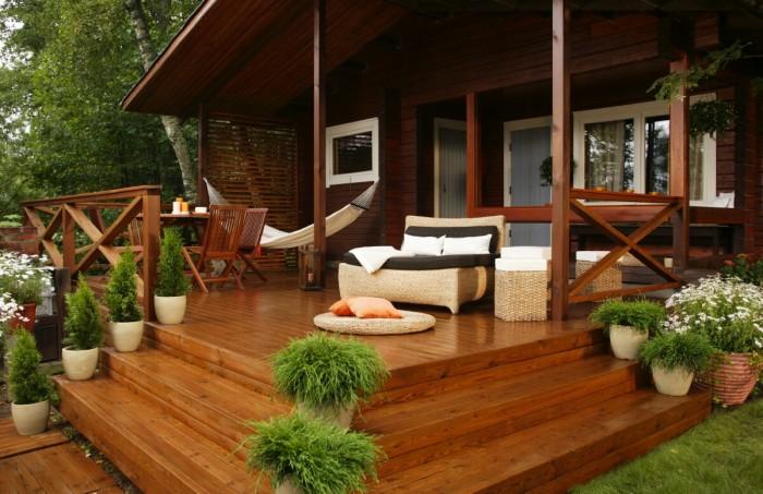 После произведенного ремонта не составит никакого труда превратить веранду в настоящее райское место для отдыха и вечерних посиделок.