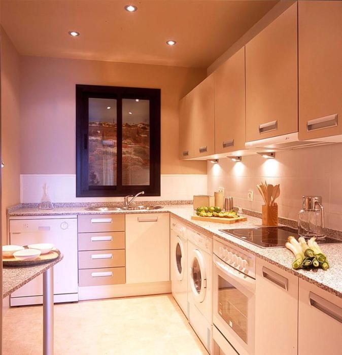 Эта замечательная маленькая кухня, в которой профессиональные дизайнеры использовали встроенные светильники для достижения максимальной привлекательности.