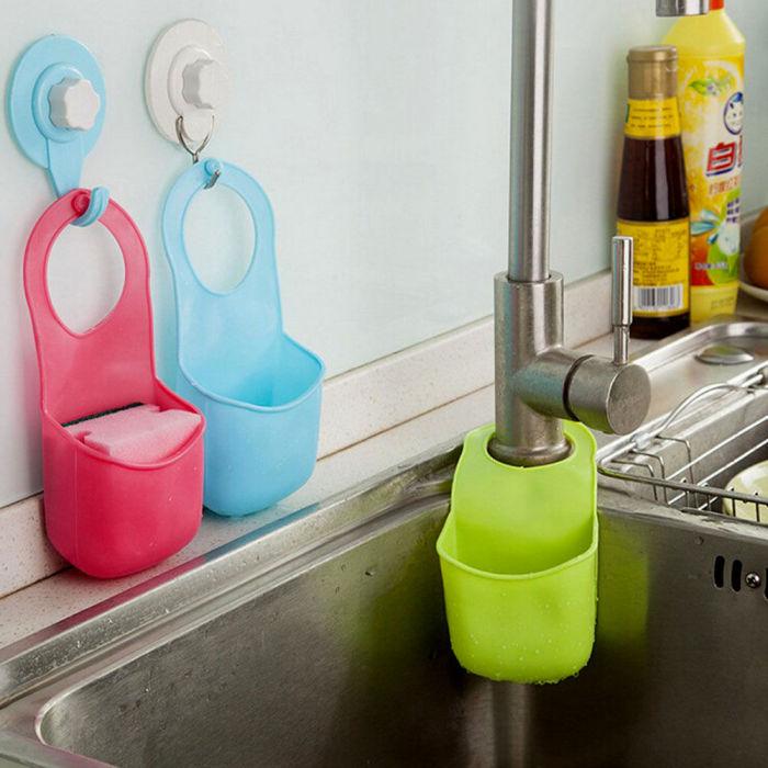Повесив карманы на смеситель, вы получите удобное место для хранения губки для мытья посуды, моющего средства, мочалки и других кухонных мелочей.