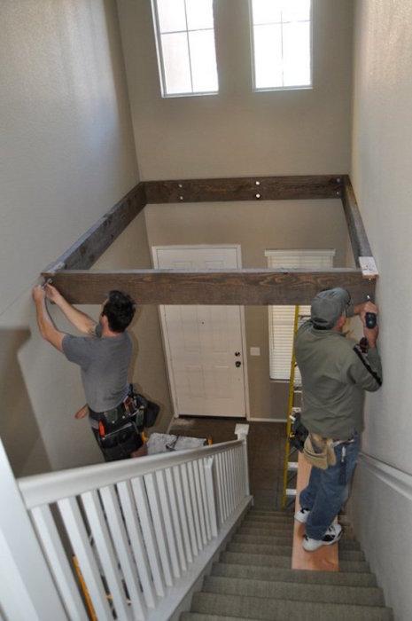 Над деревянной лестницей можно создать пространство, которое может стать отличным местом для отдыха.