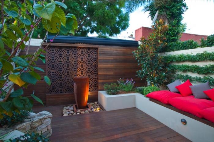 Классическое патио, обшитое деревом в современном стиле, станет наилучшим вариантом для садового участка.
