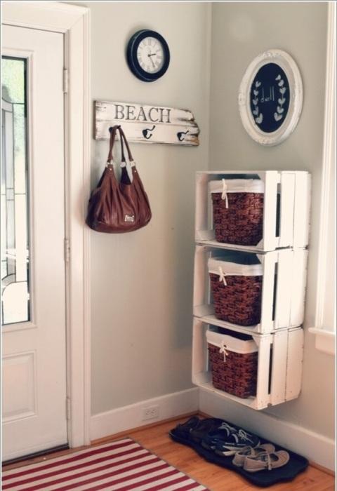 Старые деревянные ящики можно использовать для создания шкафчика для одежды и обуви.