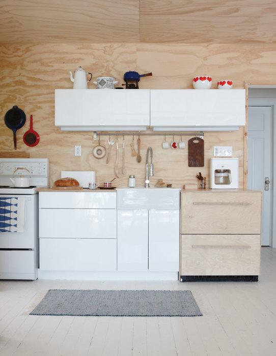 Оригинальная небольшая кухня с применением природных материалов в отделке.