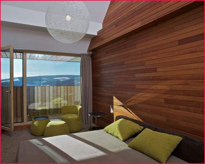 Стена из дерева у изголовья кровати - отличное решение для современной спальной комнаты.