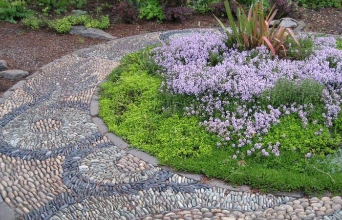 Стильная дорожка, которая идеально вписывается в общий дизайн садового участка.