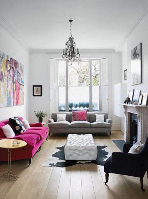 Небольшая гостиная комната с декоративный камином и множеством ярких элементов декора.