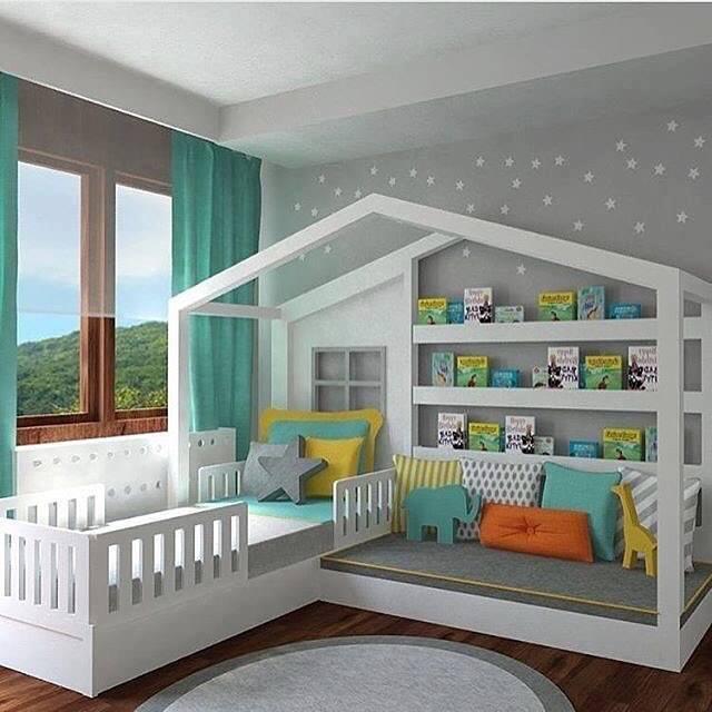 Двуспальная кровать в форме домика - отличное решение для современной детской комнаты.