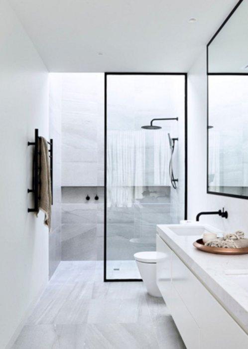 Сочетание черного и белого оттенка позволило создать одно из самых популярных направлений в оформлении интерьера ванной комнаты.