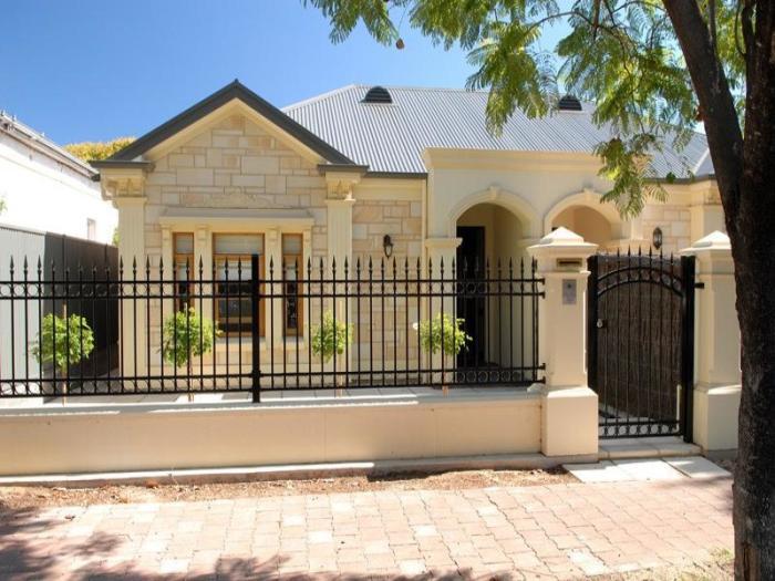 Забор из металлического штакетника достаточно актуален и часто применяется в современном строительстве загородных участков.