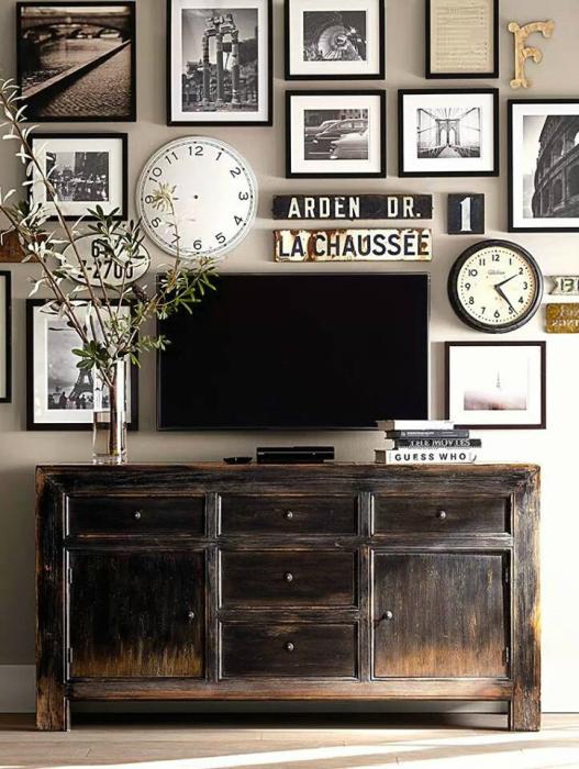 Плазменная панель, окружённая часами, старинными машинными номерами и коллекционными фотоснимками.