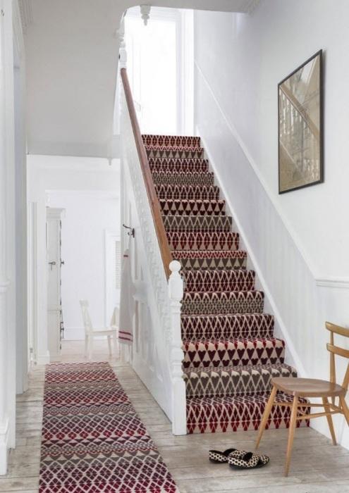 Полусинтетический ковёр с коротким ворсом - отличное решения для светлого пространства возле лестницы.