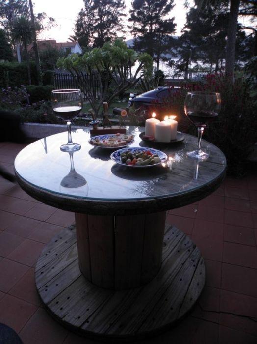 Журнальный столик из деревянной катушки для романтического ужина.