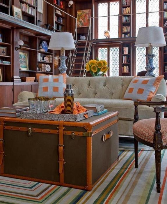 Из старого сундука может получится замечательный журнальный столик, который станет центральным элементом в интерьере гостиной комнаты.